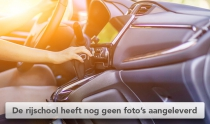 close up vrouw schakelt in auto