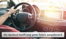 Hand op stuur moderne auto