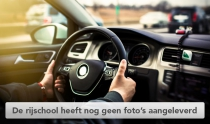 Man met twee handen op stuur van moderne auto