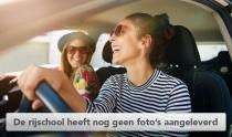 Jonge vrouw achter het stuur met vriendin samen in de auto