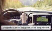 Vrouw met handen op het stuur van moderne auto met dashboard navigatie