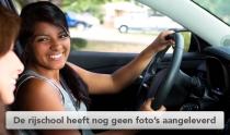 Jonge vrouw bestuurt een auto