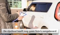 Examinator beoordeelt leerling van rijschool bij het inparkeren