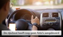 man bestuurt auto met telefoon in handen