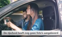 Onervaren jonge bestuurster in auto