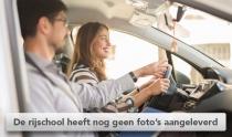 Vrouwelijke leerling rijschool bestuurt auto met instructies van rij instructeur