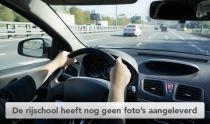 vrouw bestuurt auto, handen op het stuur