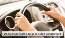 Handen op stuur van auto