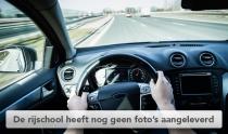 Twee handen op het stuur van een moderne auto die snel rijdt