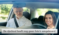 Instructeur en leerling in lesauto van rijschool