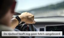 Hand op stuur van auto
